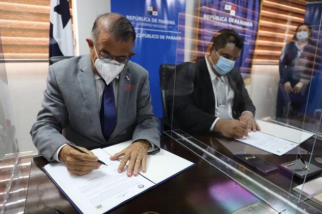 El convenio fue firmado por el ministro del Mida, Augusto Valderrama (izq.), y el director del Registro Público de Panamá, Bayardo Ortega.