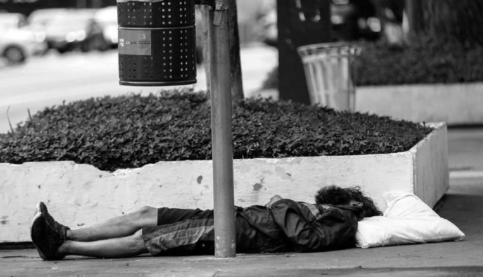 Uno de los miles sin hogar, que duermen en las calles. Don Justo, como mendigo, lo que recolectaba lo ponía en la bolsa de los otros mientras dormían sin que se dieran cuenta. Foto: EFE.