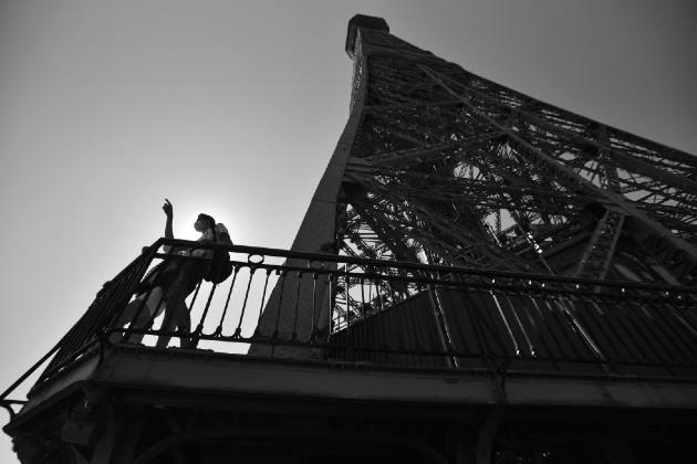 Turistas en la Torre Eiffel. La empresa que gestiona el monumento colocó en el suelo marcas de color azul, con las que invitan a las personas a mantener al menos 1.50 metros de distancia entre ellas. Foto: EFE.