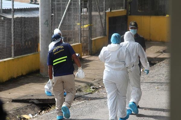 Según los primeros informes de las autoridades, el cuerpo se encontraba debajo de cartones y restos de madera.