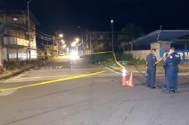 Vecinos al salir a ver, encontraron al joven mal herido, con cuatro impactos de bala en su anatomía.