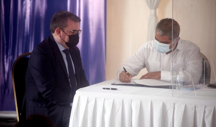El ministro Luis Francisco Sucre, firma el contrato junto al directivo de Acciona, Maximiliano Muñoz. Foto de Víctor Arosemena