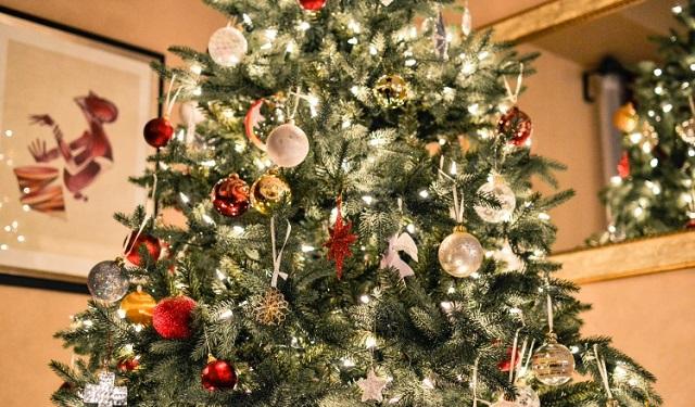 Se coloca el arbolito y se decora la casa con adornos navideños. Foto: Ilustrativa / Pixabay