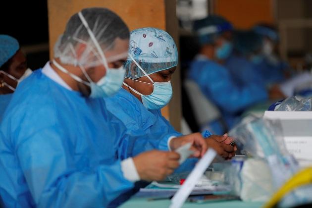 Personal médico del Minsa manipula una prueba de hisopado nasal para detectar la COVID-19 en un puesto médico en el distrito de San Miguelito. Foto: EFE