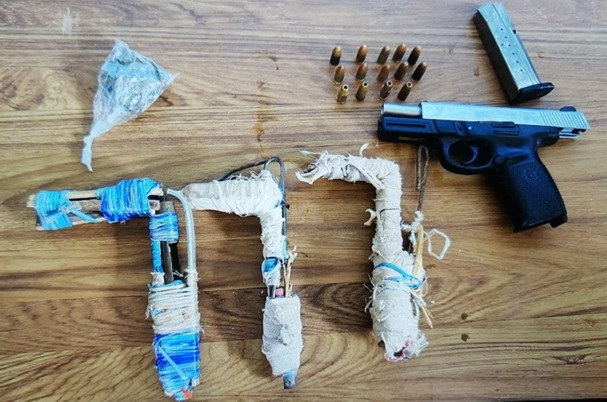 Se encontraron varias armas de fuego.