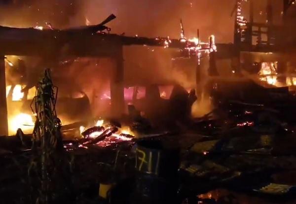 No fue hasta las 6:01 a.m. que los bomberos informaron que el incendio había sido extinguido en su totalidad.