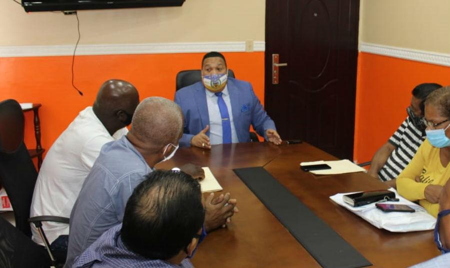 El alcalde Rolando Alexis Lee (centro) busca convertir a Colón en una ciudad inteligente. Foto: Diómedes Sánchez S.