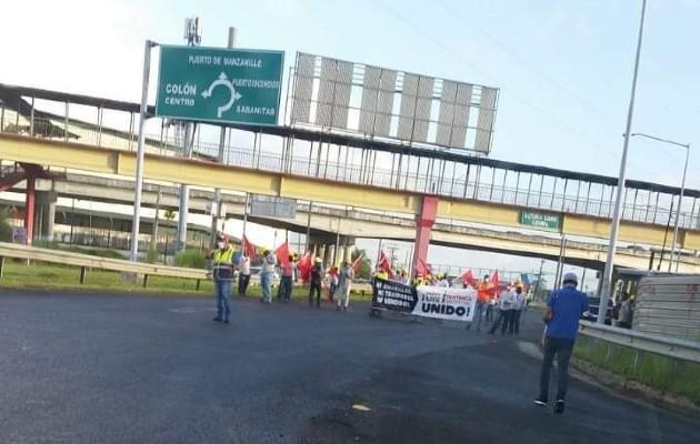 La protesta se desarrolló en los Cuatro Altos, lo que generó un tranque vehicular, tanto en la carretera Boyd Roosevelt como en la autopista Panamá-Colón.