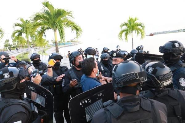 Agresión policial al fotoperiodista Bienvenido Velasco.
