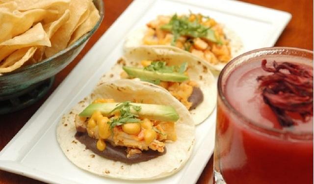 Tacos de langosta presentados en una tortilla de harina con puré de fríjoles negros, cilantro, guacamole y salsa de chile árbol. Foto: EFE
