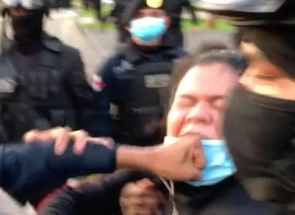 Ileana Corea fue golpeada varias veces en el rostro por una unidad policial. Foto captura del video