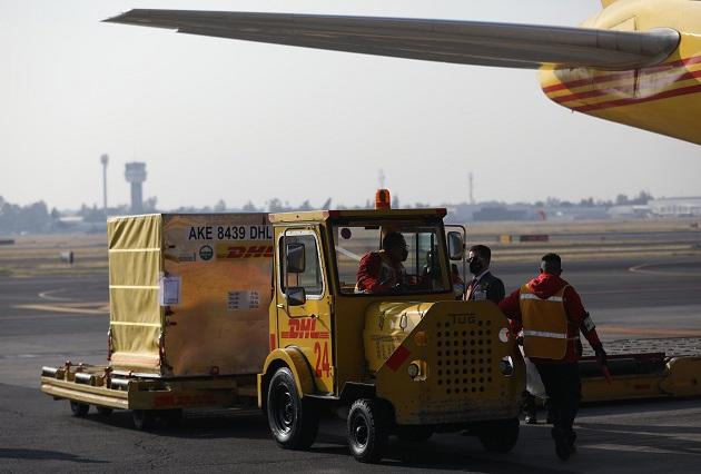 Un primer cargamento de 3.000 dosis de vacunas de Pfizer-BioNTech llegó en avión desde Bélgica a México. Foto: EFE