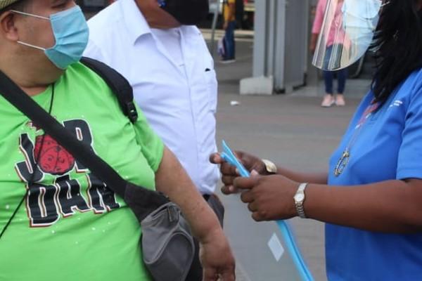 Las caretas fueron entregadas incluso a aquellas personas que se dirigían a tomar su transporte público, con la finalidad de reducir el contagio de este virus.