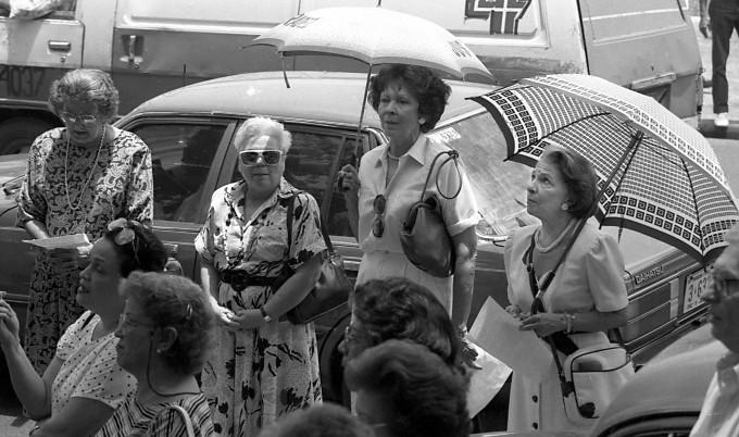 Doña Rosario, con paraguas de cuadritos, frente a la Procuraduría de la Nación,1985-1986, en una jornada de rezo del rosario, en la que se exigía la creación de una comisión investigadora del crimen de Hugo Spadafora. Foto: Cortesía: Alcídes Rodríguez.