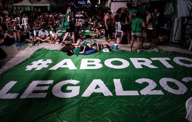 Manifestantes acampados a las puertas del Congreso argentino, a la espera de la votación en el Senado de la legalización del aborto. Foto: EFE/ Juan Ignacio Roncoroni