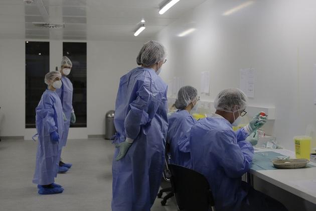 Personal médico prepara la vacuna contra el coronavirus en el centro de vacunas Arena Treptow, en Berlín, Alemania. Foto: EFE