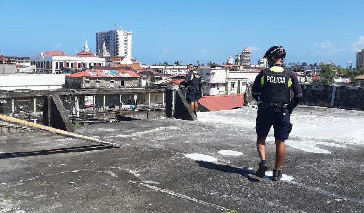 Un policía vigila desde una azotea el cumplimiento de las normas de bioseguridad.