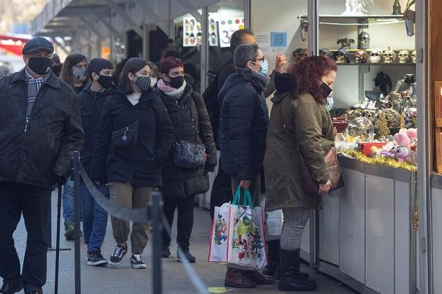 Varias personas recorren hoy la Feria de Reyes en la Gran Vía de Barcelona, en España. Foto: EFE