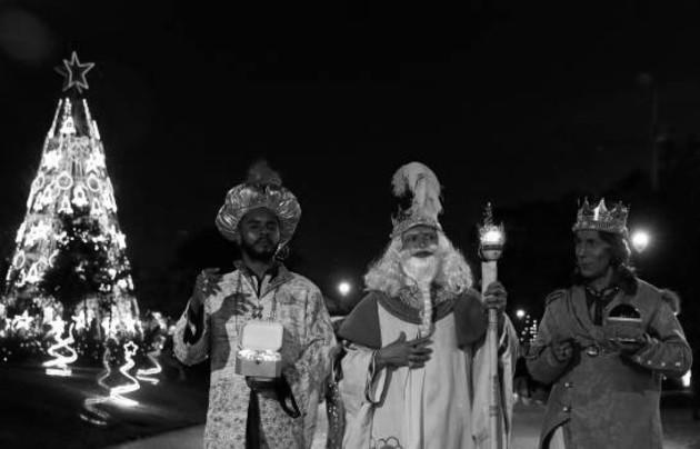 No solo pusieron la riqueza a sus pies en forma de oro, incienso y mirra, sino que reconocieron que la sabiduría y el conocimiento solo son auténticos si se ponen al servicio de los pobres y la liberación de la humanidad. Foto: EFE.