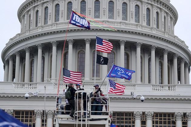 Los seguidores del presidente Donald Trump irrumpieron en el pleno de la Cámara Baja estadounidense. Foto: EFE