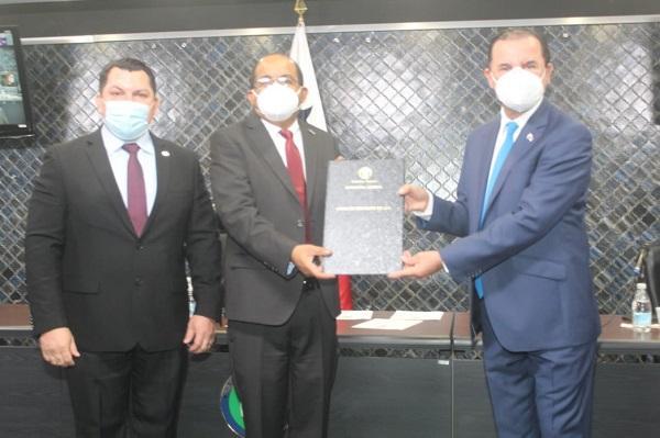 Asamblea Nacional ratificó a Francisco Vigil (centro) como director de la Autoridad Nacional de Descentralización y a Edward Mosley Ibarra (izq.) como subdirector. Foto cortesía