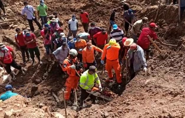 Con equipos especializado en detección de metales, personal de Sinaproc encontraron bajo tierra un trozo de metal que podría ser parte de las hojas de zinc de la vivienda que se encuentra sepultada.