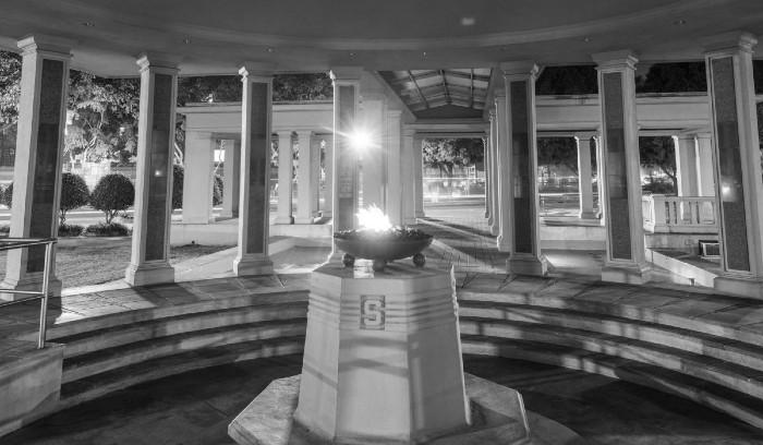 El monumento a los Mártires del 9 de Enero, ubicado en laPlaza del Centro de Capacitación Ascanio Arosemena, antigua Escuela Secundaria de Balboa, cuenta con 21 columnas con placas que llevan los nombres de los 21 mártires. Foto: Cortesía.