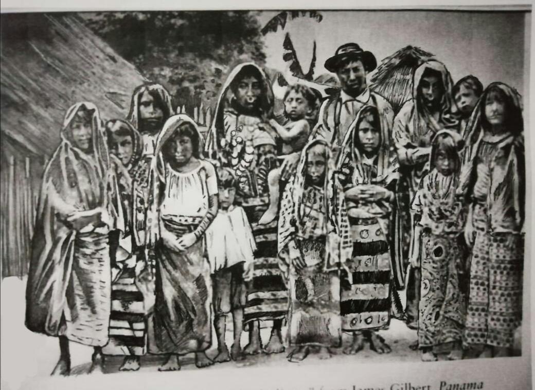 Foto de mediados de 1880, en la que se observa al primer cacique de la comarca Tulenega, Inanaginya, junto a un grupo de gunas. Foto: Cortesía del autor.