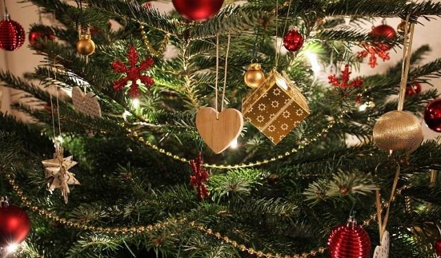 Limpie el polvo de cada adorno del árbol. Foto: Ilustrativa / Pixabay