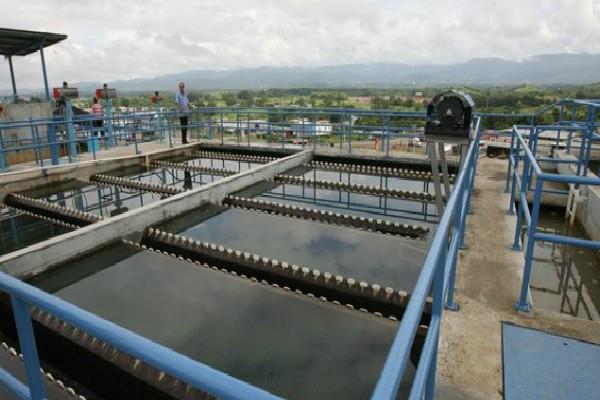 Técnicos de la entidad monitorean el nivel del río, ya que de seguir aumentando se suspenderá la producción.