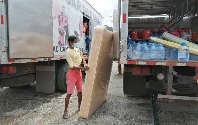 La ayuda a las familias incluyen colchonos y artículos de aseo personal. Foto: Diómedes Sánchez S.