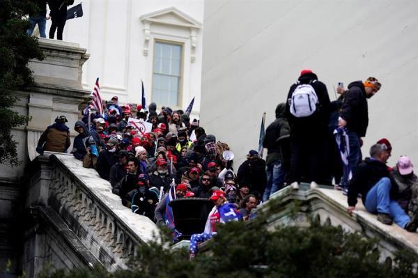 Seguidores del presidente de Estados Unidos, Donald Trump, irrumpieron en el Capitolio. EFE