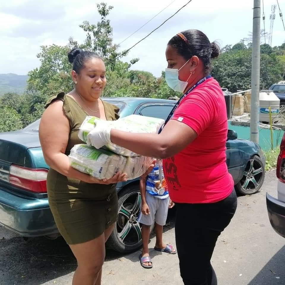 Los residentes de las costas piden aumentar los productos en las bolsas de víveres. Foto: Diómedes Sánchez S.