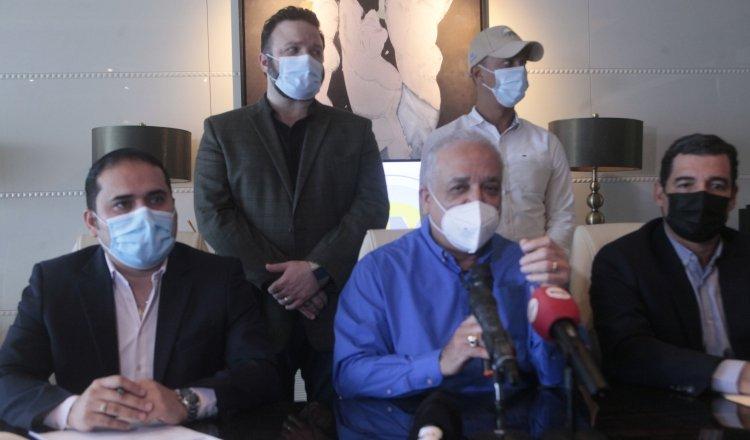 Miembros del partido Realizando Metas durante la conferencia de prensa realizada el día de ayer.