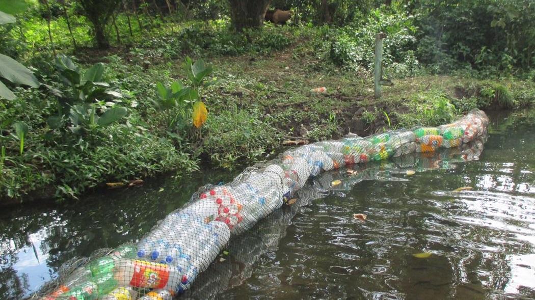 La instalación de la barrera acuática se hizo con apoyo del personal de Aseo y Ornato. Foto: Mayra Madrid