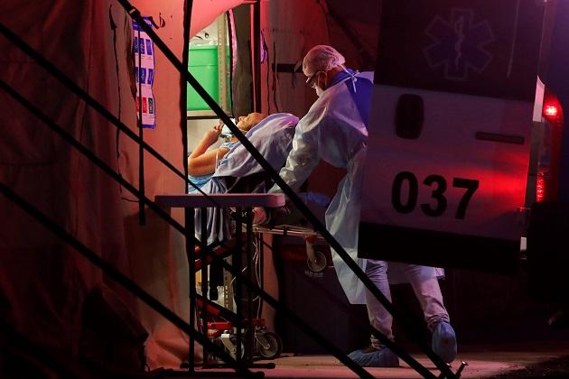 Personal médico del Minsa traslada a un paciente con covid-19 a un hospital campaña en la provincia de Panamá Oeste. Foto: EFE