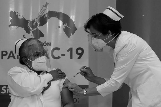 La enfermera Violeta Gaona de Cocheran, jefa de la Unidad de Cuidados Intensivos del Hospital Santo Tomás, fue la primera persona en Panamá en recibir la vacuna Pfizer/BioNTech contra la COVID-19, en ese hospital, el miércoles 20 de enero. Foto: EFE.