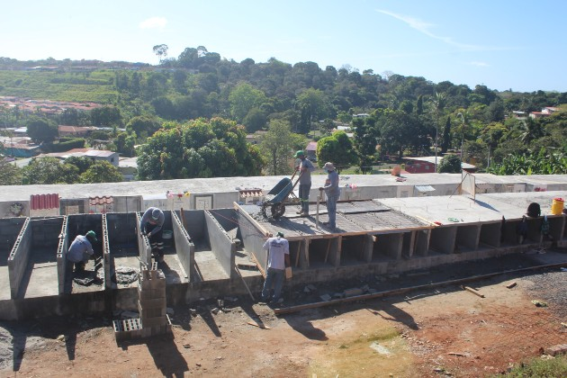Tomás Velásquez, alcalde de este distrito indicó que las bóvedas que se construyen se están dando sin costo para las familias con parientes fallecidos por la covid-19.