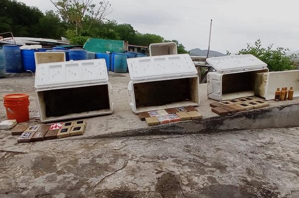 Las presuntas sustancias ilícitas fueron ubicadas en tres hieleras de color blanco, las cuales estaban dentro de una embarcación de 22 pies.