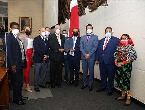 Diputados en el pleno de la Asamblea Nacional, luego que se aprobó el proyecto de ley que crea los Agroparques. Foto cortesía Asamblea Nacional