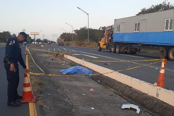 El cuerpo de la mujer, identificada como Maribel Mendoza Flores fue lanzado al borde de la cuneta que divide los cuatro carriles de la Interamericana mientras que su hija, quedó a pocos metros de ella.