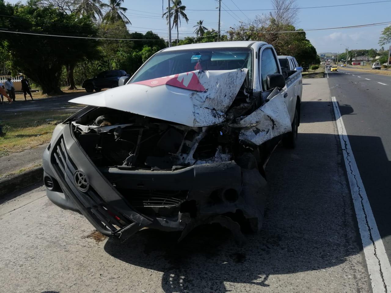 El vehículo pick up sufrió daños en la parte frontal. Foto: Eric A. Montenegro