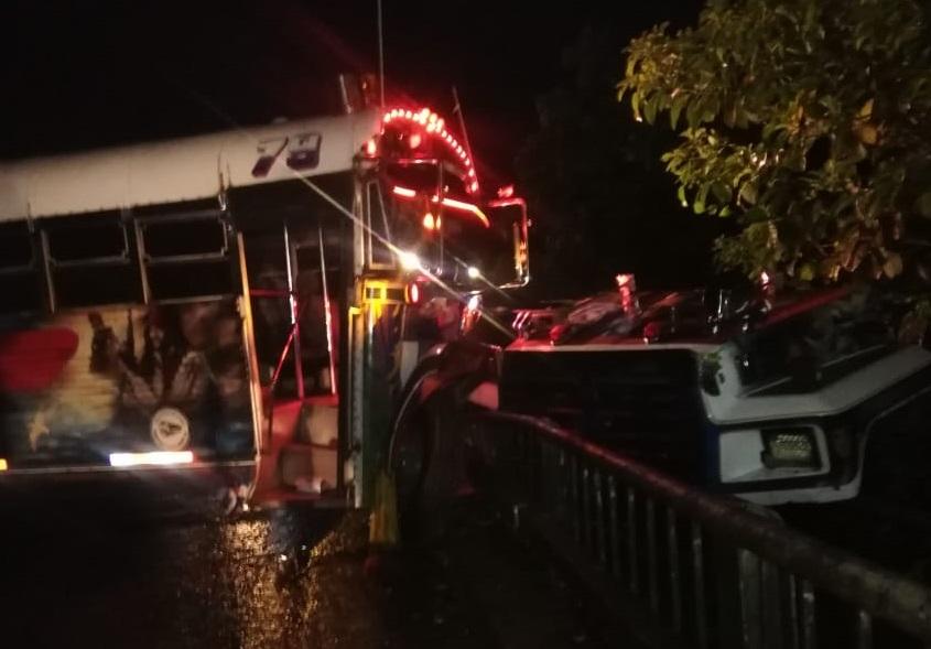 El autobús fue a dar contra el barandal del puente. Foto: Diómedes Sánchez