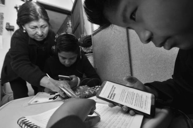 Atosigan a los niños con tareas o investigaciones que deben entregar cuando no al día siguiente, a lo sumo al segundo o tercer día. Hay países que han regulado las jornadas hasta 4 horas al día. Foto: EFE.