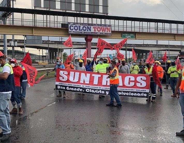 Los miembros del Suntracs cerraron la vía en el área de los Cuatro Altos, generando un tranque vehicular. Foto: Diómedes Sánchez