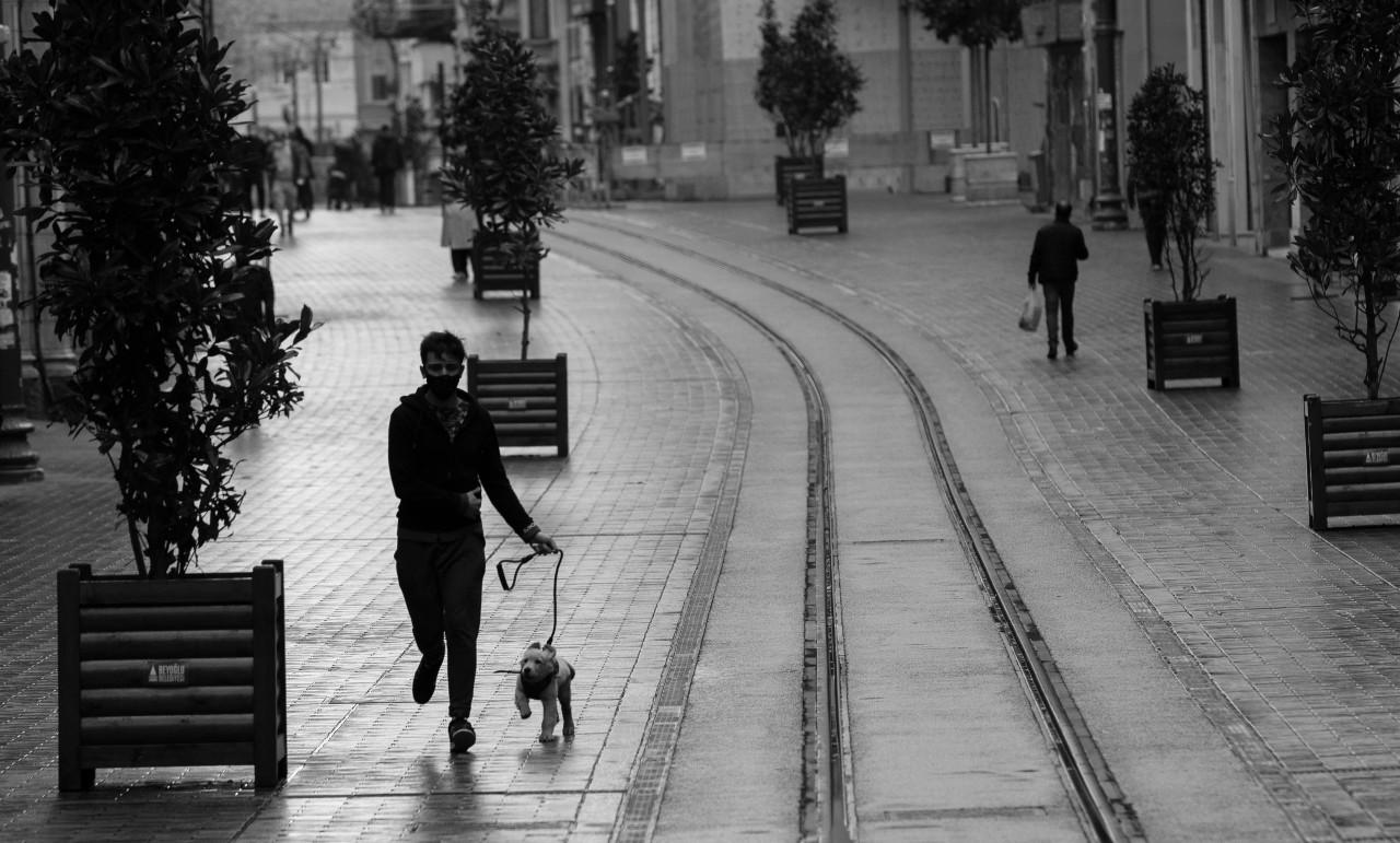 La cuarentena total obligó a las compañías a cerrar y a las personas a dejar de consumir. La baja de los ingresos no se debió a una crisis económica en sí, sino a una crisis sanitaria. Foto: EFE