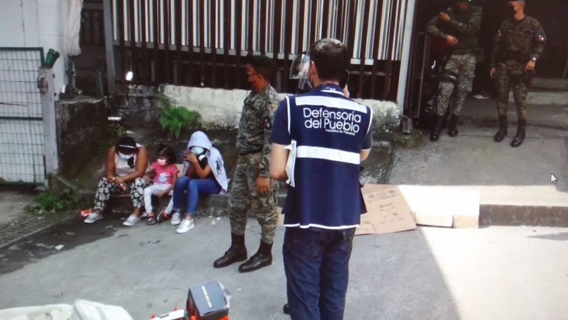 Personal de la Defensoría del Pueblo de Panamá acudió al lugar para conversar con los extranjeros. Foto: Mayra Madrid