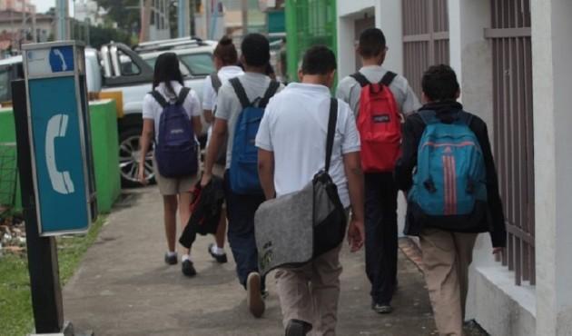 Cifras del Meduca detallan que, aproximadamente, 5 mil estudiantes han emigrado del sector privado al público, luego que a los padres de familia se les suspendiera el contrato laboral. Foto/Archivo