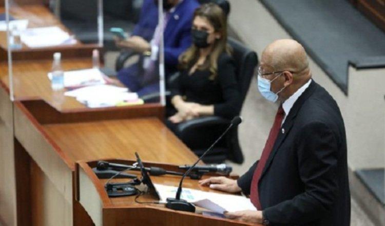 Visiblemente molesto, el ministro Alexander manifestó que el Gobierno sí cuenta con un plan para reactivar la economía del país. Foto de cortesía