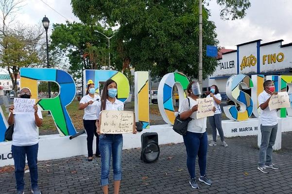 Los profesionales de la salud mental no cerraron calles, sino que se mantuvieron en el parque central con pancartas y explicando a los transeúntes y conductores sobre la protesta..